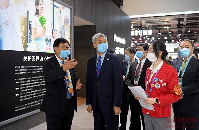 尹弘进博会走访企业展台推介河南 谈最多的是这两个字
