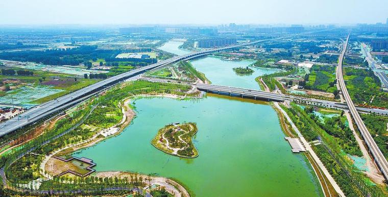 郑州贾鲁湖公园湖水碧绿、树木葱郁