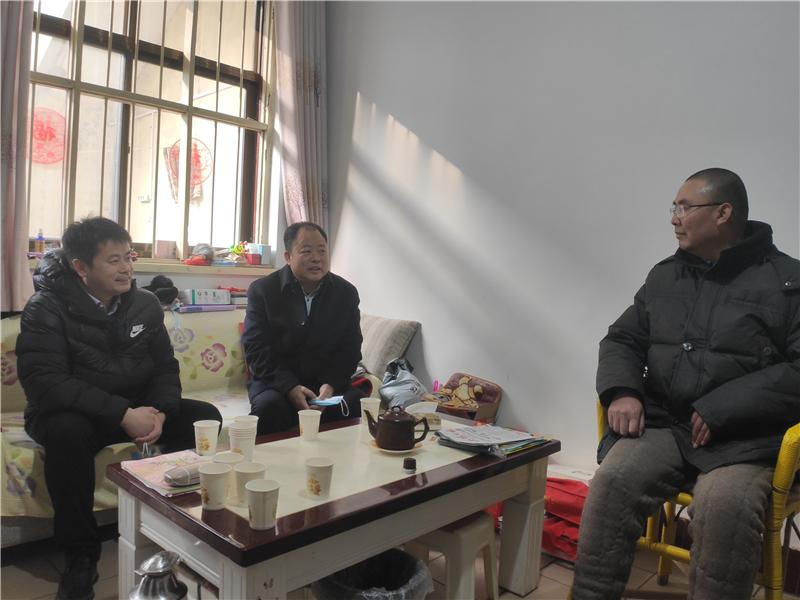 省教育厅二级巡视员李培俊赴安阳市和滑县慰问特困教师