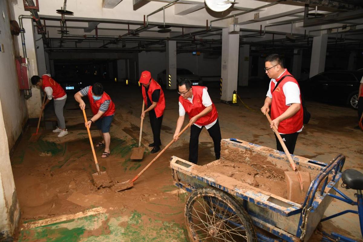 """省文化和旅游厅开展""""防汛救灾我行动""""志愿服务活动帮助社区群众恢复生活秩序"""