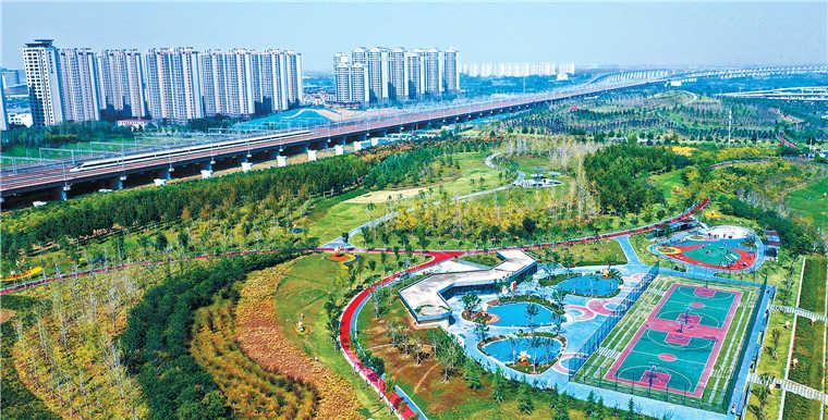 郑州市高铁公园秋意渐浓