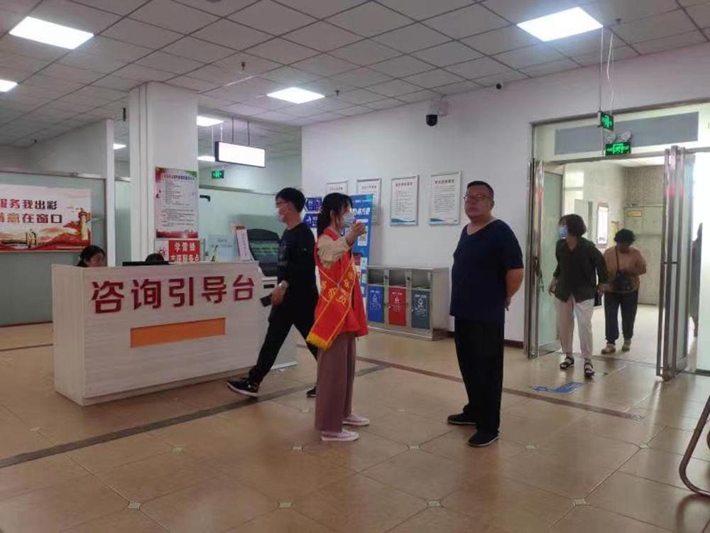大厅导办员在为群众咨询引导 刘艳玲 摄