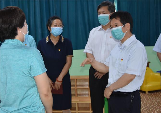 省粮食和储备局党组书记、局长张宇松到局属幼儿园看望慰问教师
