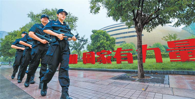 迎民族盛会 庆70华诞:武装巡逻