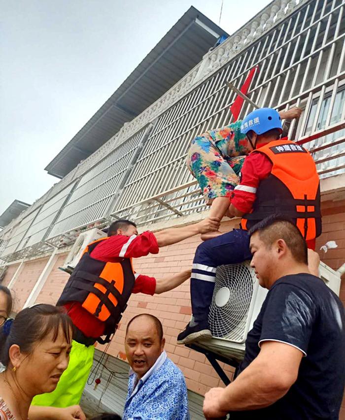 鹿邑县神鹰救援队连夜前往安徽六安固镇镇开展救援