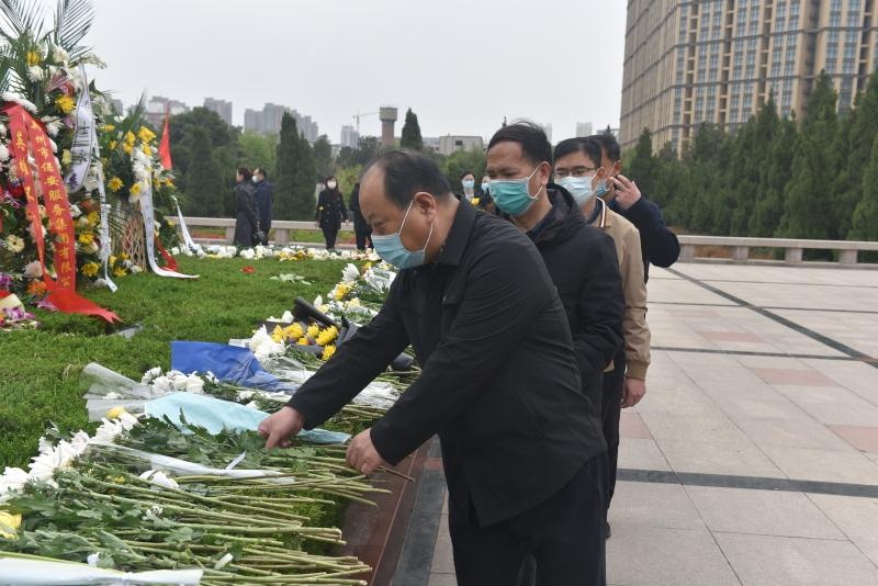 省地方金融监管局组织党员干部赴郑州烈士陵园祭奠革命先烈