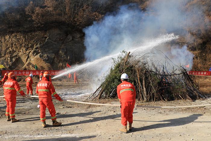 图/文:三门峡举行森林防火实战演练