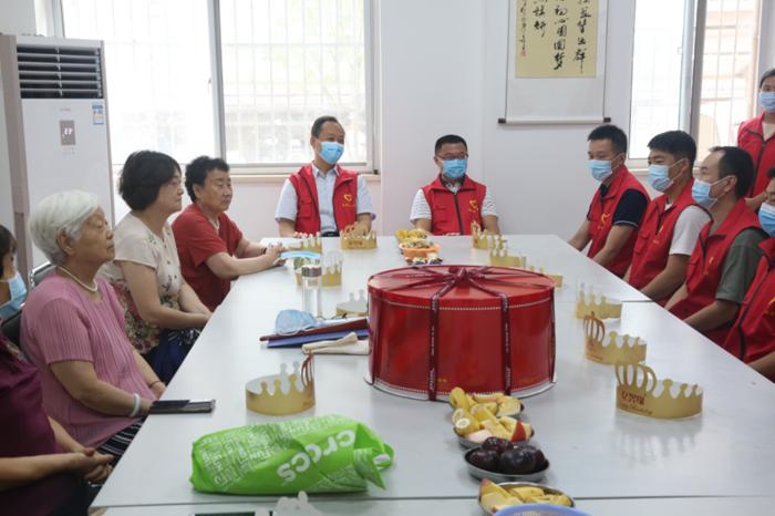 河南省应急管理厅党员志愿者为戊院社区老人过集体生日