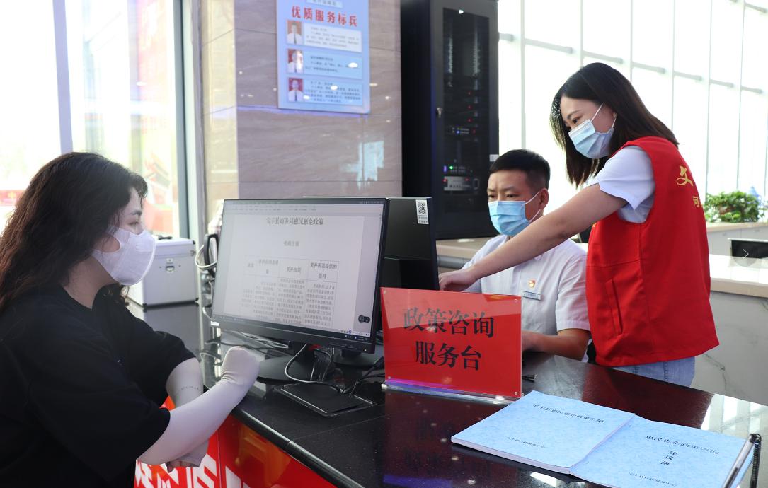 """宝丰县""""政策咨询综合服务窗口""""正式运行以来,共接受群众咨询210余次,受到社会各界的一致好评。 李万鹏 摄"""