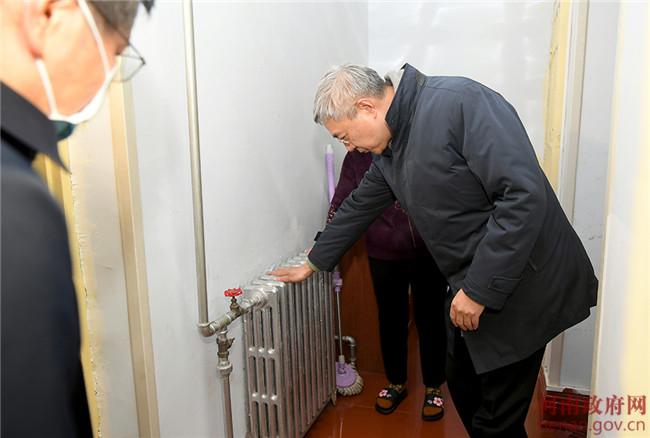 尹弘走进居民家中、菜市场检查冬季供暖和市场供应