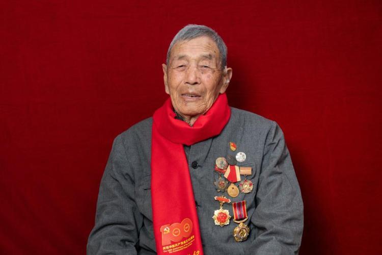 95岁老党员王在区:戎马生涯20年 朝鲜战场两立战功