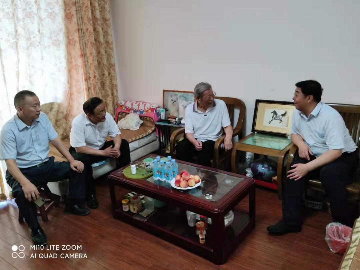 河南省民族宗教委党组书记张然 <br>看望慰问离退休干部