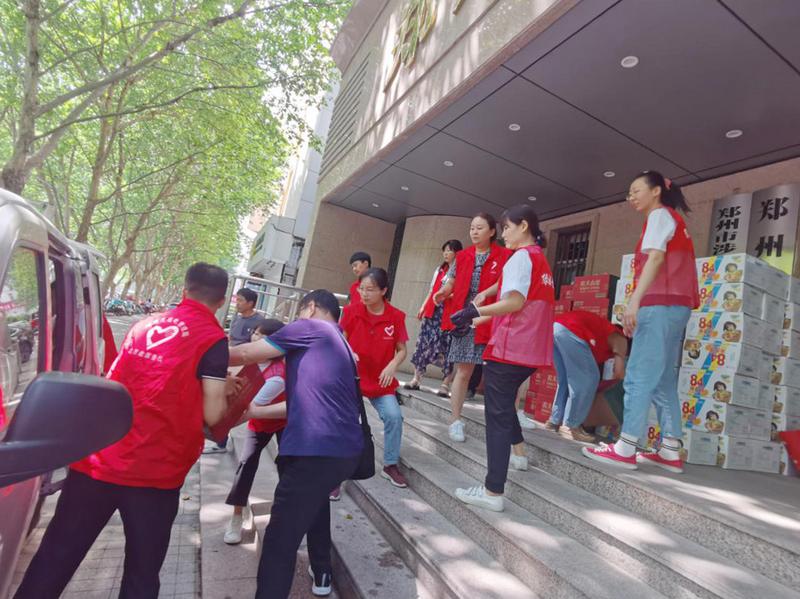"""闻""""汛""""而动  患难""""豫""""共<br>——郑州无线电管理局向红十字会捐赠物资"""