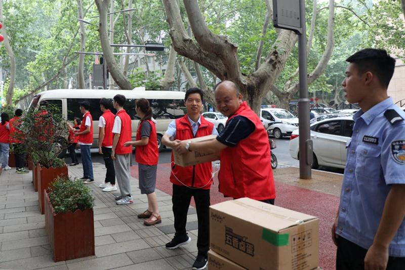 河南省信访局组织党员干部开展防汛救灾志愿服务