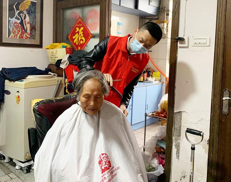 """河南省文化和旅游厅开展""""献爱心·送温暖义务理发进社区""""志愿者活动"""