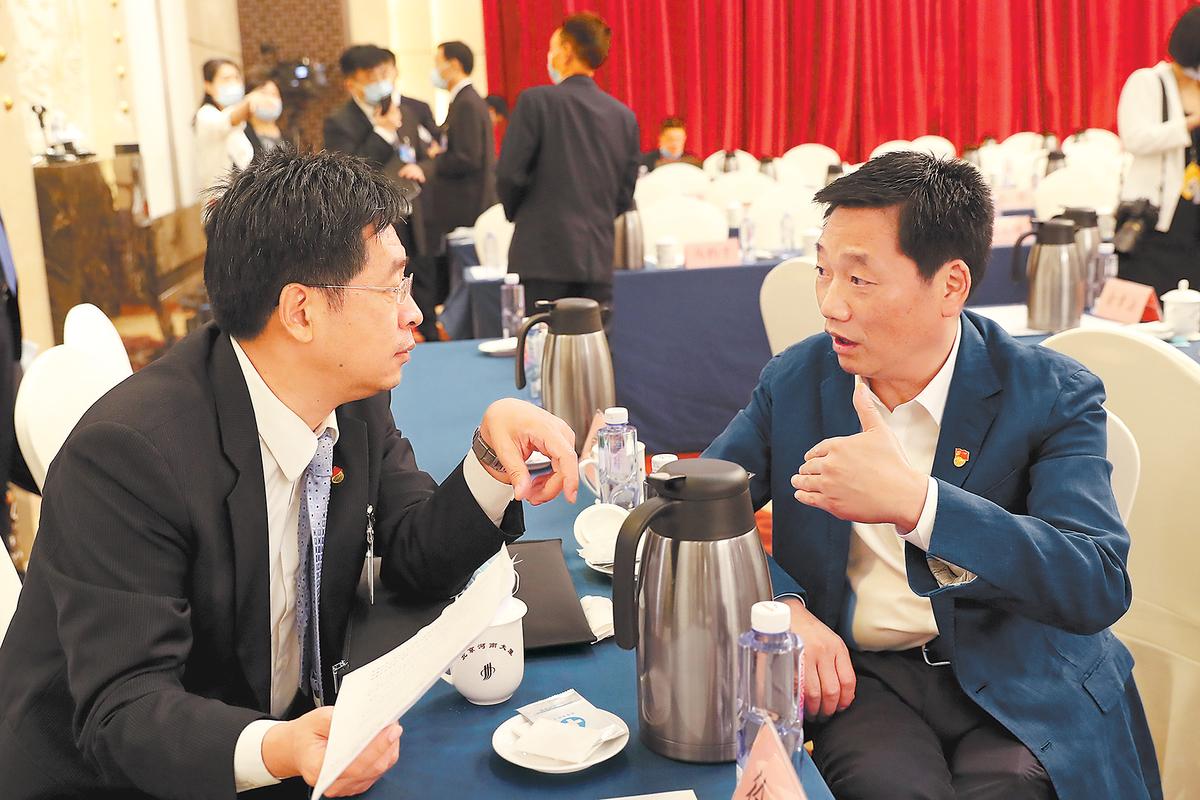 河南代表團舉行小組會議