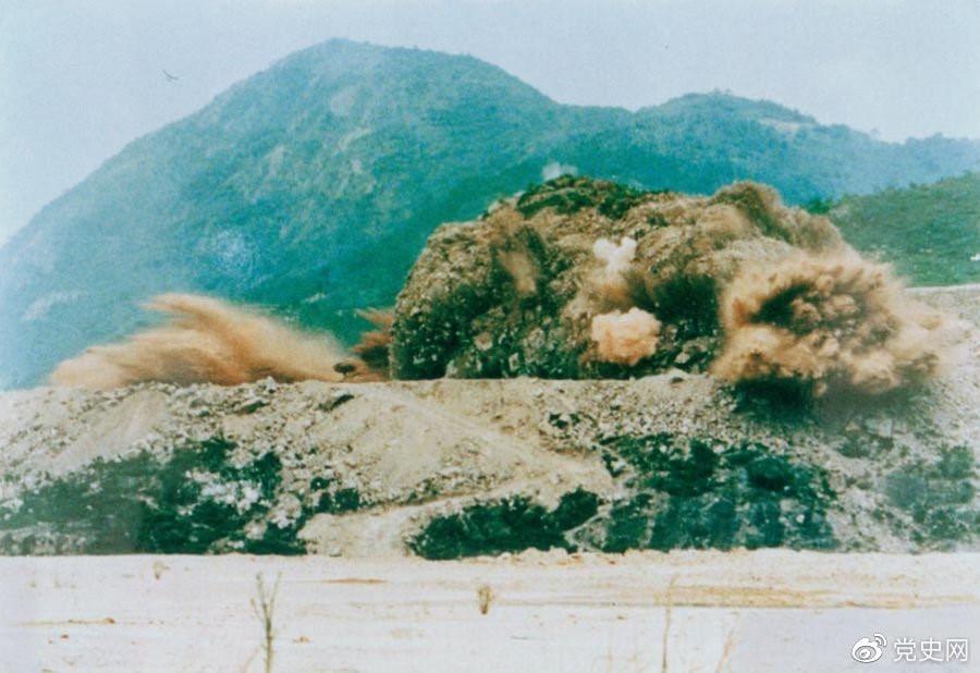 1979年7月20日,深圳蛇口工业区的建设者点燃开山炮时的场面。