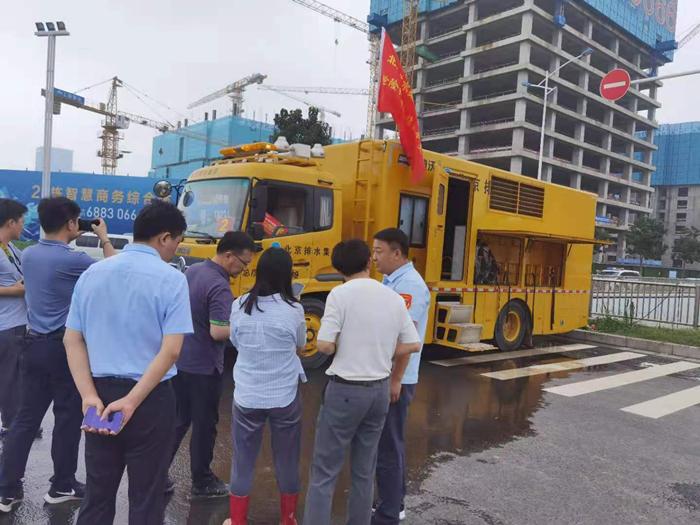 住建部城建司副司长韩煜在郑州指导抢险救援工作