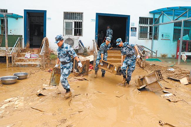 洪水中 筑起钢铁长城