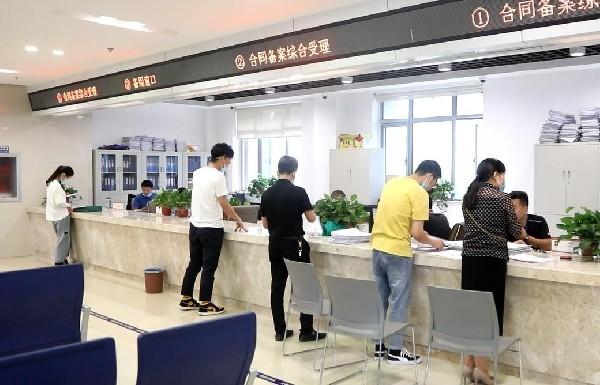 市民在行政服务大厅办理事务 张洪涛 摄