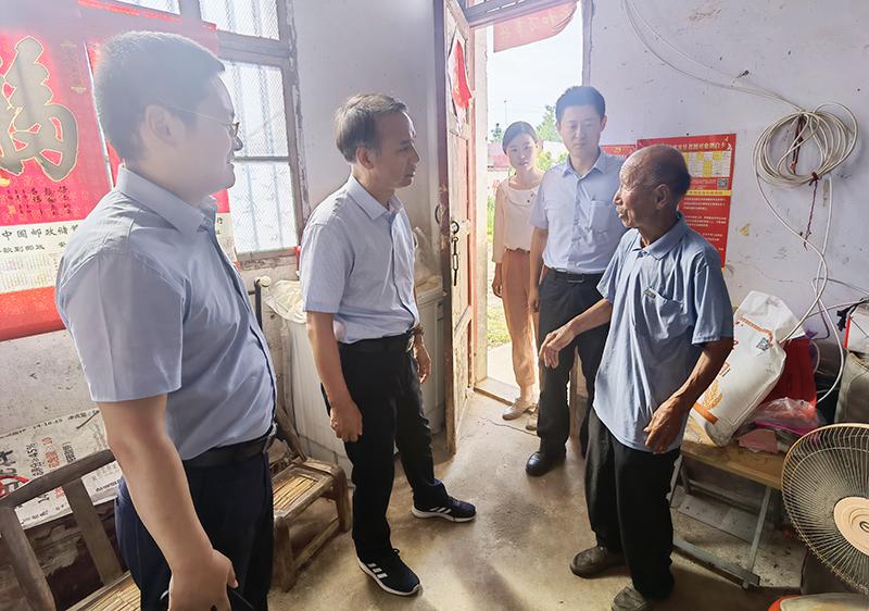 省地方金融監管局副局長李拴成一行到定點幫扶村走訪慰問老黨員