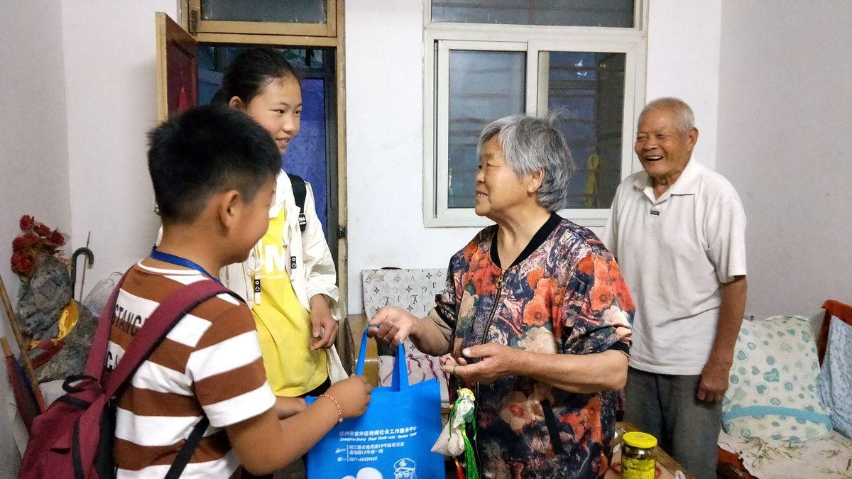 2019年6月6日晚上,梓闻社工联合城东社区党员志愿者及青少年志愿者为88岁的▓抗战老兵送居民亲手包的▓爱心粽子.jpg