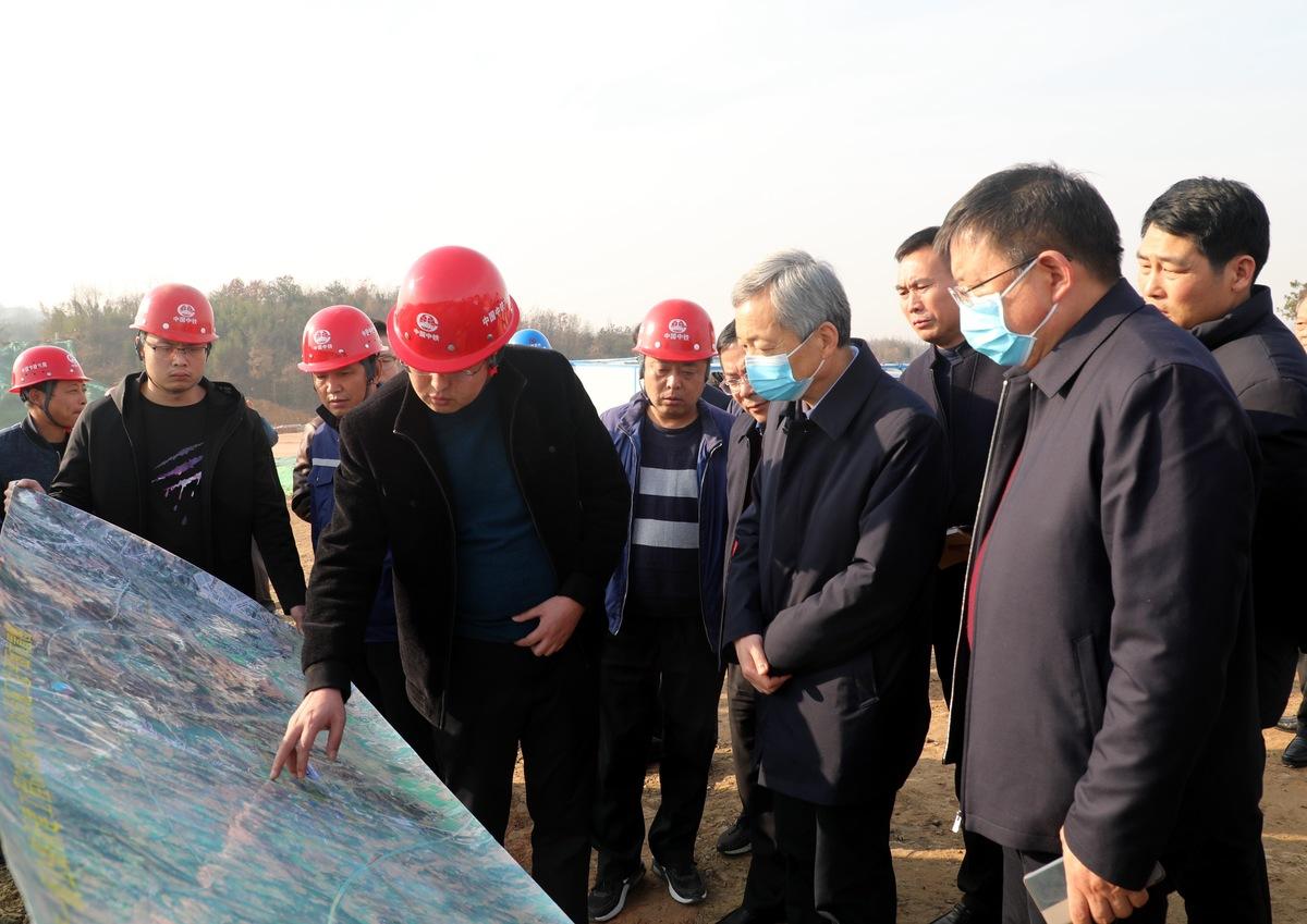 尚朝阳带领相关部门和县区负责同志深入G107线和G312线绕信阳市区段一级公路新建工程工地、市静脉产业园项目工地等地实地检查督导工程进展情况并召开现场办公会