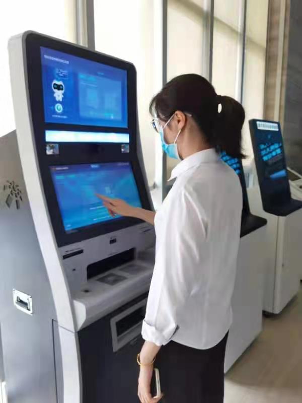市民在政务服务自助终端机上查询信息 鲁东超 摄