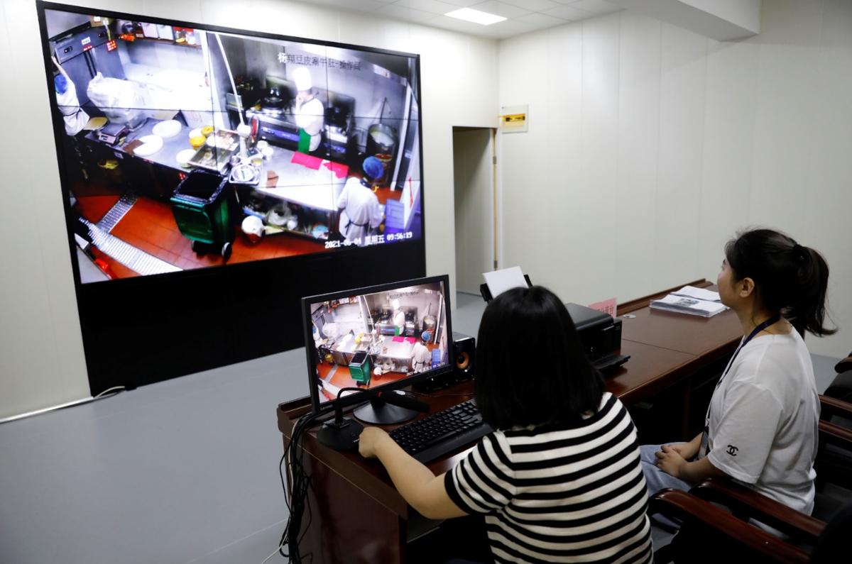 监管人员使用平台进行远程在线监管 关军 摄