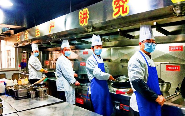 食堂员工响应就地过年 坚守岗位做好服务保障——省事管局积极做好春节期间餐饮服务保障