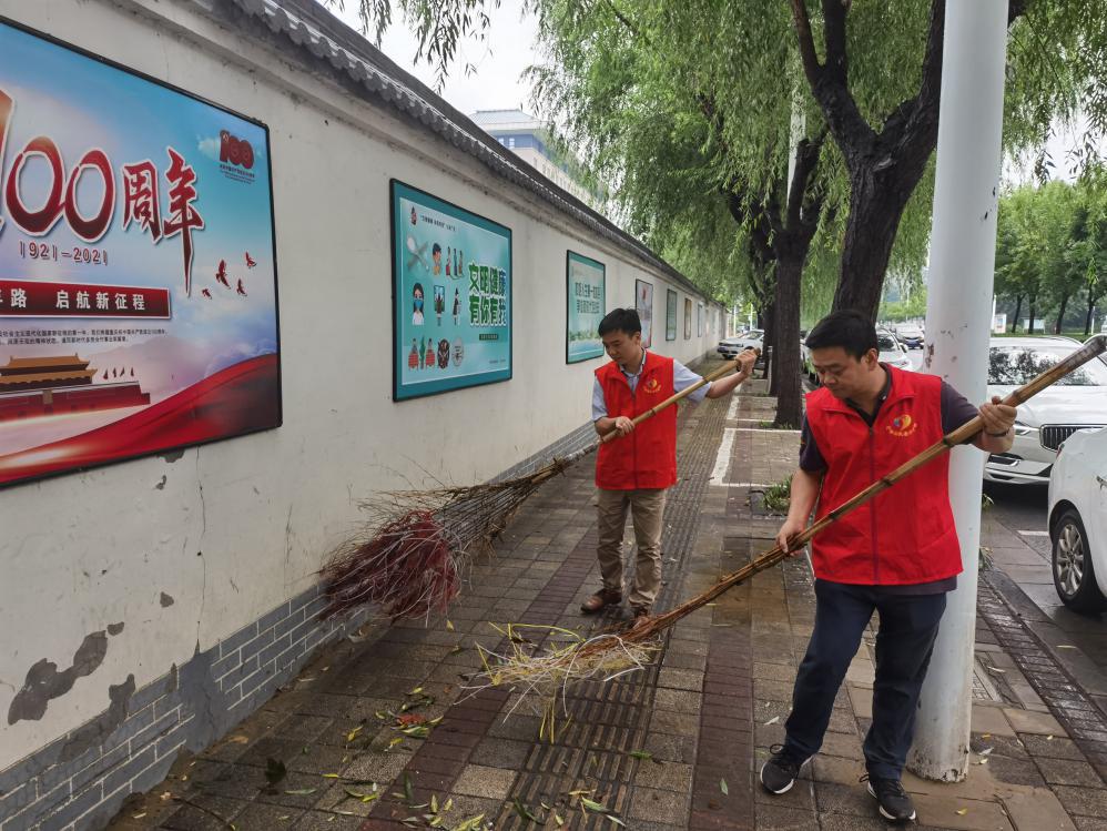 省民族宗教委到社区慰问防汛工作人员