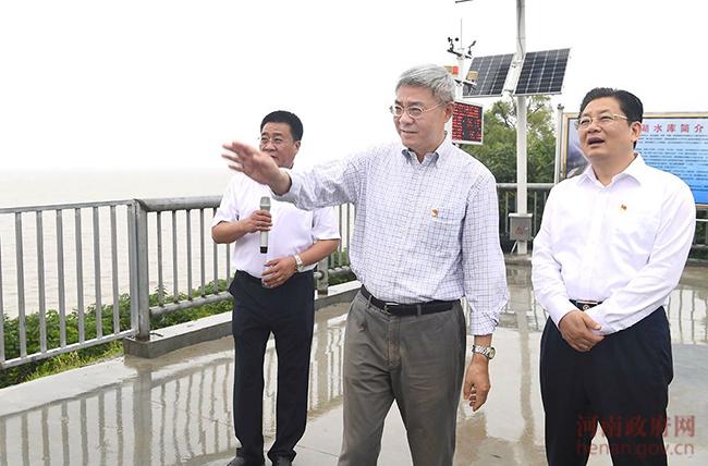 尹弘冒雨调研宿鸭湖水库清淤扩容工程和防汛工作