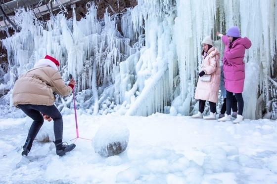 河南鲁山:景区冰挂奇观引游客前来打卡