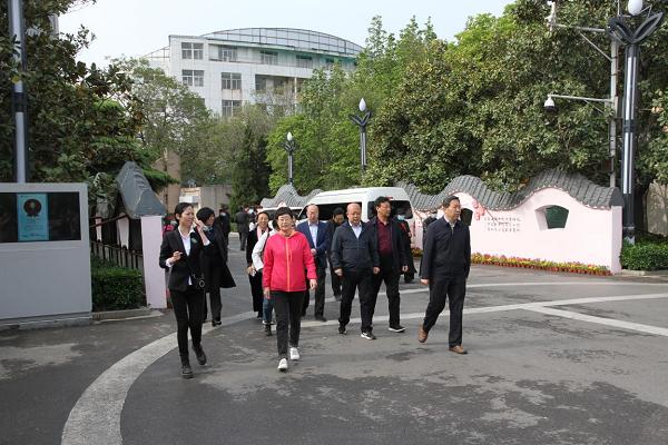 大同市人大常委会到郑州市碧沙岗公园<br> 实地考察园林绿化管理工作