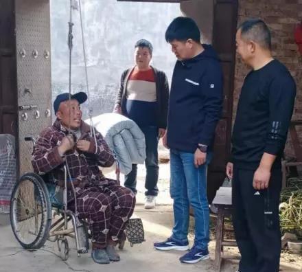 汝州市人防办初冬时节走访慰问贫困户