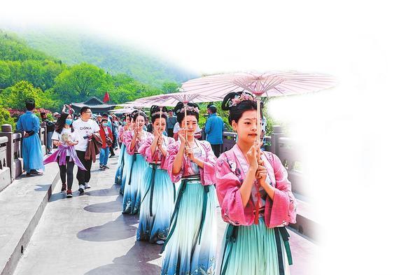 Performance at the Yuntai Mountain