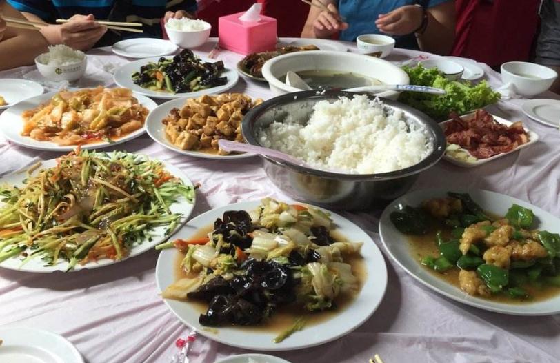《人民日报》坚决遏制旅游团餐浪费