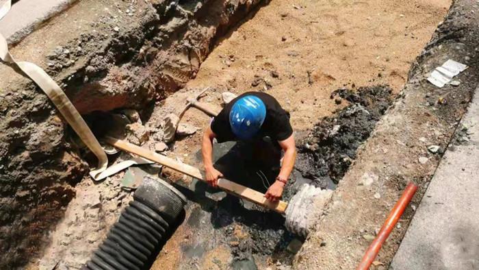 """河南平顶山:开挖暖气地沟""""顺手""""解决雨水管道堵塞"""
