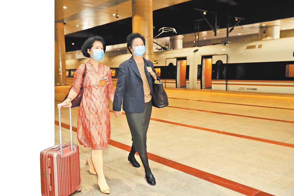 出席十三届全国人大三次会议的驻豫全国人大代表顺利抵京