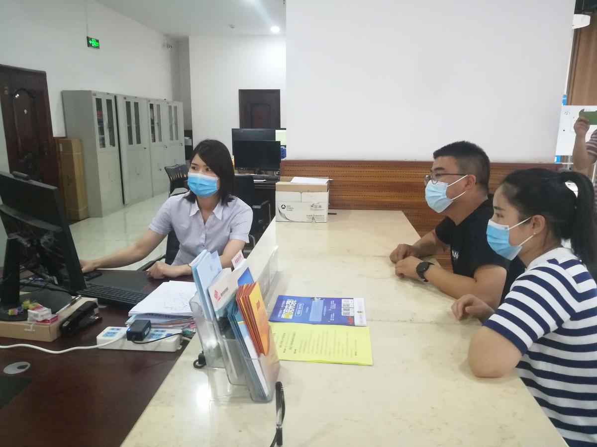 工作人员正在打印建筑工程施工许可证 原文钊 摄